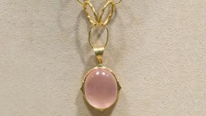 蔷薇石英呈舒缓柔和的粉红色色调,深受宝石雕刻家和收藏家的青睐。 – Valerie Power,Arunashi 友情提供