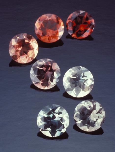 オレゴン州の米国の州におけるポンデローサ鉱山から宝石質のサンストーンのスイートは、その地域で見つかった色の範囲を示しています。 – Tino Hammid(ティノ•ハミッド)