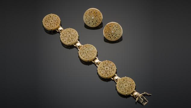 """这款手镯和耳环套装在 14K 黄金中镶嵌了一个 26 毫米硬玉圆环(商品名为""""蜜玉"""")。 照片由香港 Crown Jewellery Mftg.(皇冠珠宝制造商)友情提供。"""