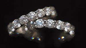 今日のラウンドブリリアントカットダイヤモンドは、宝石の光学的なきらめきを披露します。 これらは、何世紀もの時を経た最新のカットスタイルです。 写真撮影:Eric Welch、©GIA、提供:Signed Pieces, New York