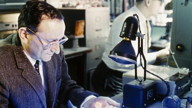 化学家和矿物学家,Kurt Nassau(库尔特·拿索)