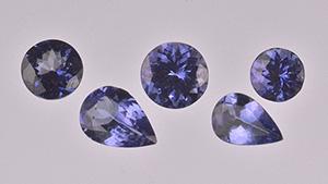これら5つのタンザナイトのサンプル(0.39から0.82カラット)は、チタンでカラーコーティングされていることが判明した。 写真:Don Mengason