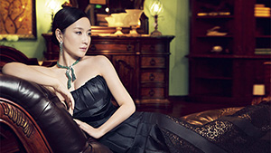 Actress models jewelry from Chinese retailer