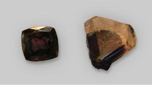 図1 紫から赤みがかった紫色のブラジル産クリソベリルのサンプル2つ(左画像)、ブラジルHematia産「標準」アレクサンドライト2つ(右画像)を自然光(上)と白熱光(下)でみると高い三価クロムと共に低い青緑色の透過が見られる。 写真撮影:Karl Schmetzer