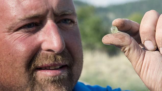 鉱山労働者とサファイアの原石