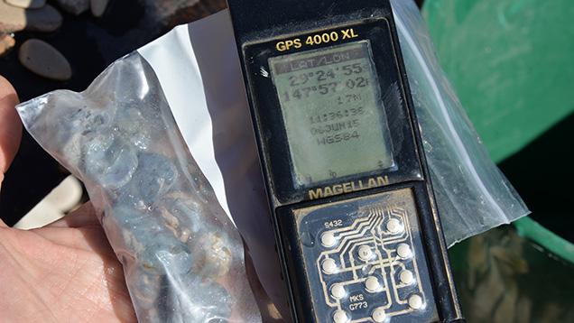 GPSユニットとブラックオパールサンプルのバッグ