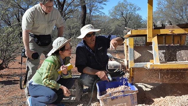 採鉱装置と三名の人々