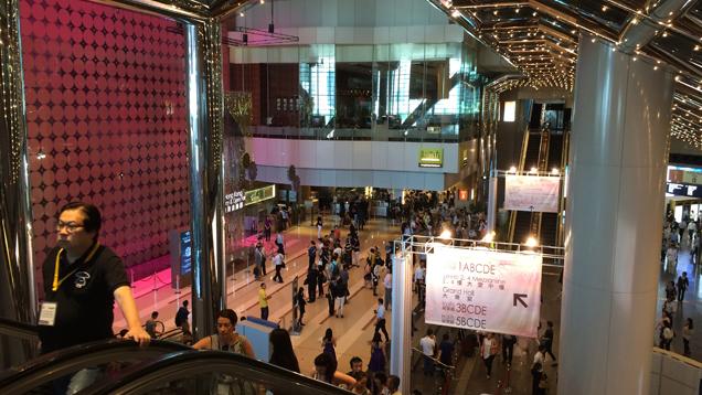 与会者登上自动扶梯,欣赏香港会展中心全貌。