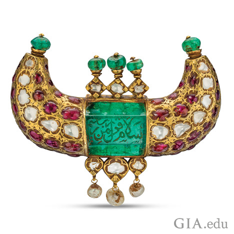 Horn-shaped jewel pendant featuring emeralds, rubies, diamonds and pearls, shows engravings in Arabic.