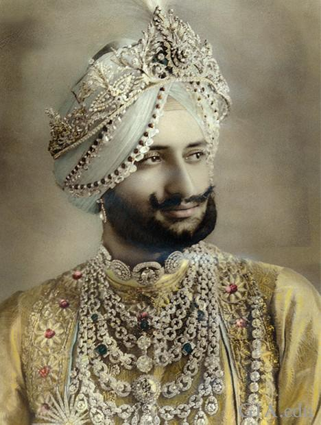 照片中的印度王公佩戴着华丽的珠宝,包括两条项链。