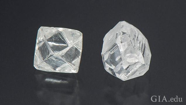 一緒に並べて置かれた天然ダイヤモンドの原石とHPHTダイヤモンドの原石。