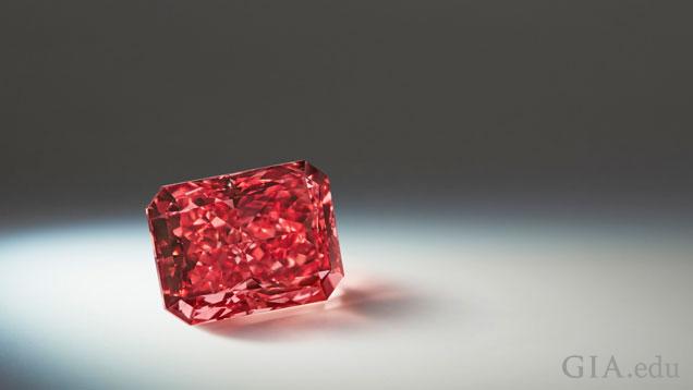 スポットライトを浴びる2.11カラットのラディアントシェイプのファンシーレッドダイヤモンド