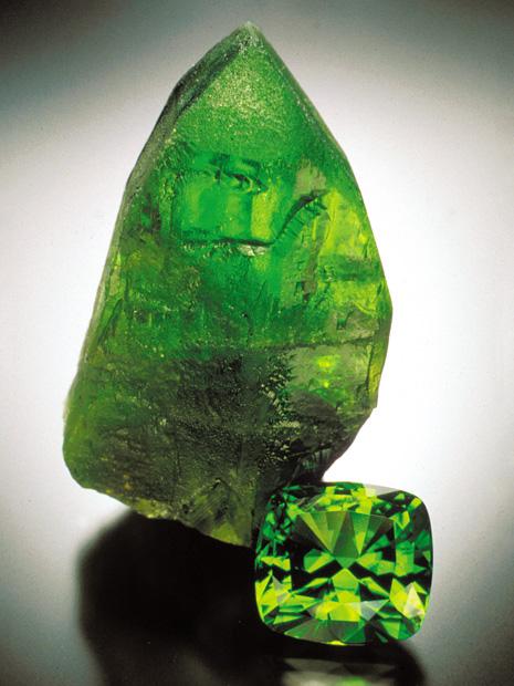 64.57 克拉已切磨橄榄石和 7.9 厘米高的晶体