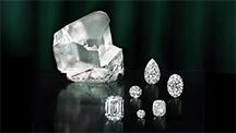 カットされた部分がある大きな原石(左)とそのカットされた部分からさらにカットして完成した6つの研磨済みダイヤモンド。