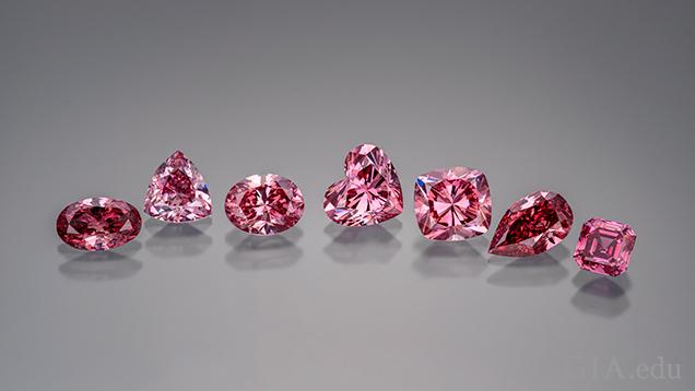 様々な形にカットおよび研磨されたピンクダイヤモンド。