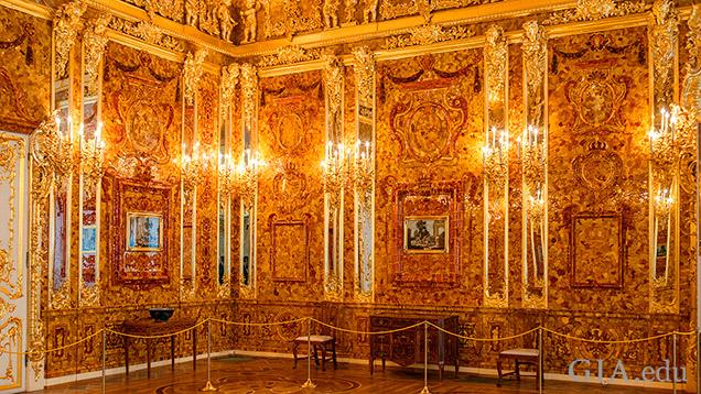 復元された「琥珀の間」の2つの壁。鏡付きのピラスターの間にはパネル、フィレンツェのモザイク、コーニスおよびその上部には複雑な琥珀の花輪と飾りがある。