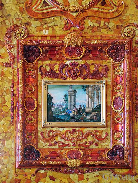 様々な色合いの琥珀の彫刻と薄切りにした小片から作られている額縁があるフィレンツェのモザイク「光景」。
