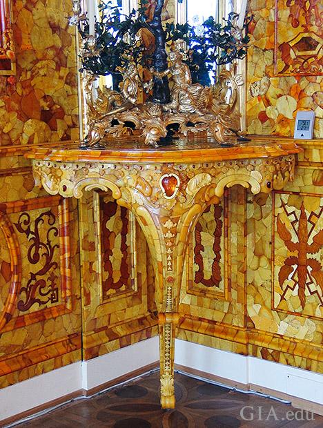 数多くの色相を持つ復元された琥珀のモザイクで飾られている部屋の角およびテーブル。暗い色合いの琥珀を用いた浅浮き彫りが観察できる。テーブル自体も琥珀でコーティングされている。