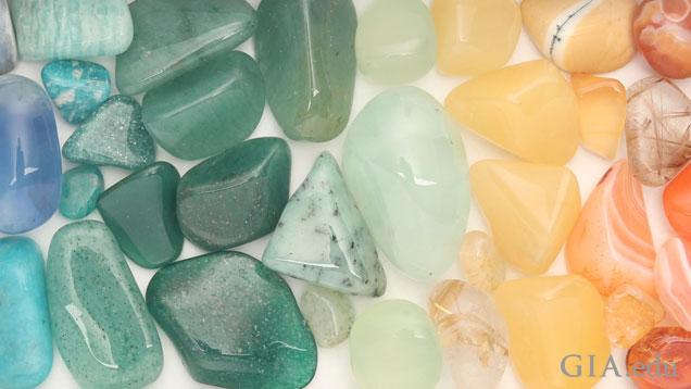五颜六色的滚磨宝石。