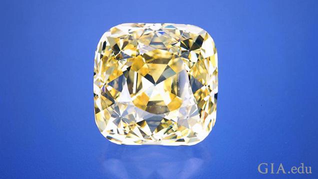 一颗大型方形切工黄色钻石。