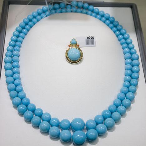 土耳其石胸针和渐变色珠串