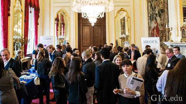 4月5日に開催されたGIAロンドンジュエリーキャリアフェアで採用担当者と会う求職者。