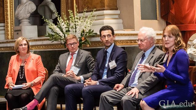 """开幕专家组讨论会""""Job Success in Today's Market""""(在当今市场成功求职)。左起: GIA 总裁兼首席执行官 Susan Jacques(苏珊·雅克);Deakin & Francis 的销售总监 Henry Deakin(亨利·迪金);苏富比公司合伙人 Faris Saif(法里斯·萨伊夫);Jem Services 总监 Peter Buckie(彼得·巴基);以及 Harriet Kelsall Bespoke Jewellery 的创始人、兼董事长 Harriet Kelsall(哈里特·凯尔索尔)。"""