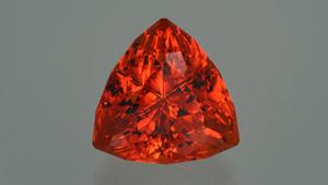 这款获奖的 30.28 克拉 超三角形切工展示了傲昂价值与其饱满的橘红色。 – John Dyer,宝石由 John Dyer & Co. 提供
