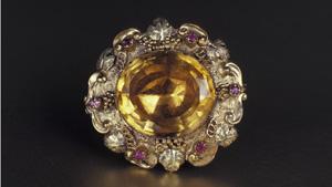 ビクトリア朝時代のブローチは、6個のルビーのアクセント石が付いたオーバルのシトリンが特徴です。 - GIA&Tino Hammid