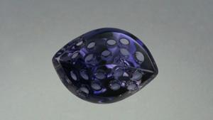 カット職人は、このアイオライトの色と透明度を最大限に利用して、ジュエリー向けに独特の彫刻を施した宝石に加工した。 – Lydia Dyer、宝石提供:John Dyer & Co.
