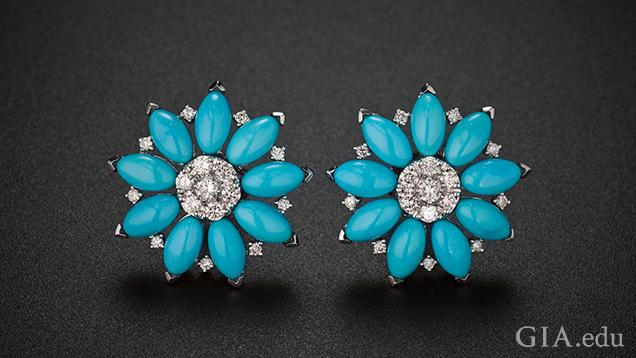 ダイヤモンドが中心にあり、スリーピングビューティー鉱山産トルコ石の花びらを特徴とする2つの花のイヤリング。