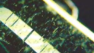 天然エメラルド内の細かいチューブ
