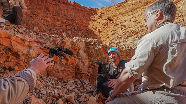 宝石学家采访蛋白石矿工