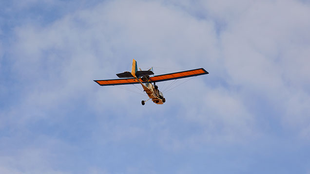 上空に超軽量飛行機