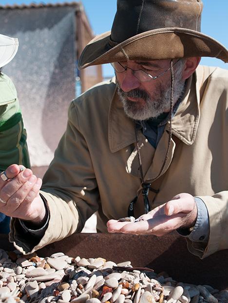 Vincent Pardieu(文森特·珀杜)正在选择黑蛋白石样品