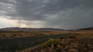 ダストデビル鉱山へ向かうホグバックロードの眺めは、風景の広大な美しさを物語っています。 - Duncan Pay(ダンカン・ペイ)