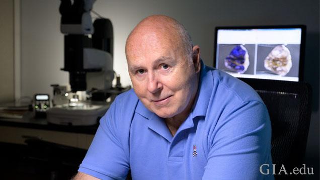 這種名為約翰科伊武拉的新型礦物以著名寶石學家 John Koivula(約翰·科伊武拉)命名,這位寶石學家以對內含物研究和顯微學的貢獻而聞名於世。攝影:Kevin Schumacher(凱文·舒馬赫)/GIA。