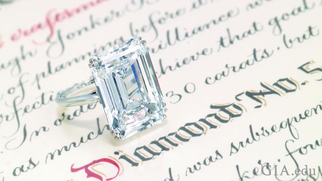 一枚25.27 克拉的 祖母绿式切磨钻石戒指。