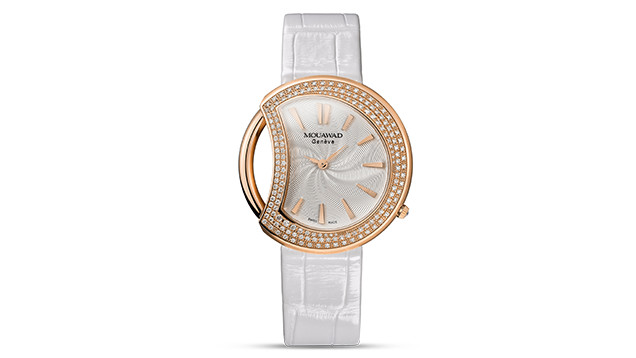 该款腕表采用以钻石为内衬的月牙形表盘和白色鳄鱼皮表带。