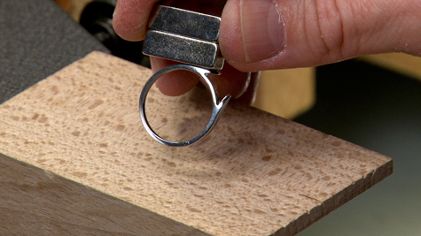 Holding a magnet to a platinum ring