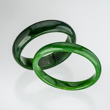 Nephrite bangles from Siberia and British Columbia