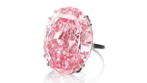粉红之星(美国宝石研究院 (GIA) 分级的 59.60 克拉艳彩粉红色钻石)于 2013 年 11 月 12 日在日内瓦的苏富比拍卖会上以 8320 万美元的高价售出。 照片由 Sotheby(苏富比)友情提供