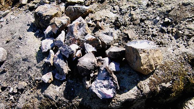 Loose assortment of blocks containing rhodonite mineralizations