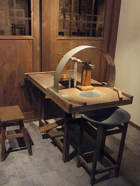 Table-type iron rotary machine used to carve jade.