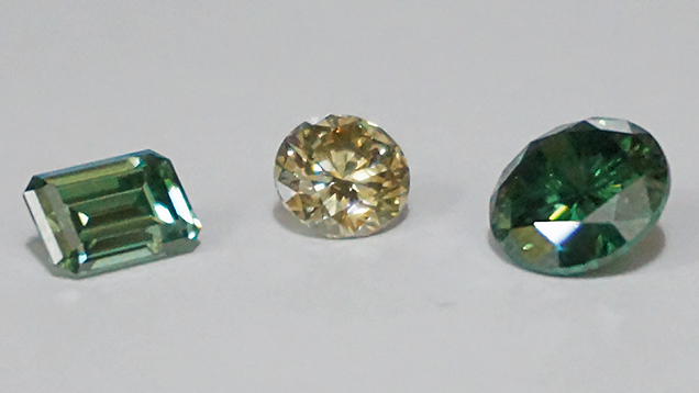 Synthetic moissanite imitating synthetic coloured diamonds