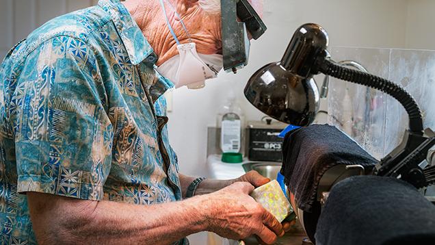 Grinding a rough opal