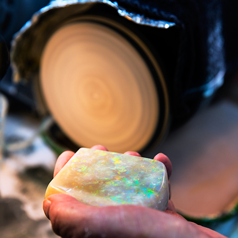 Shaping and polishing of a large opal