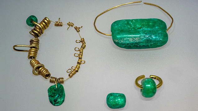 Gold and emerald jewelry of the native Chibcha