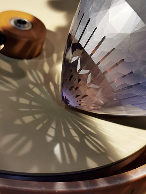 Pavilion of the spodumene on the polishing wheel.