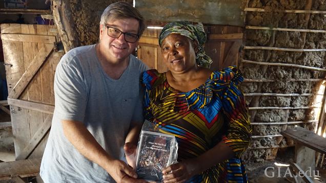 Richard T. Liddicoat 圖書館和資訊中心的 GIA 主任 Robert Weldon 與一位來自坦桑尼亞通杜魯的人手開採礦工合影。